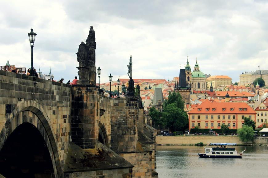 Одна из главных достопримечательностей Праги - знаменитый Карлов Мост. На некоторых фотографиях вы можете его увидеть. Но всю красоту так и не удалось запечатлеть. На мосту тысячи людей.