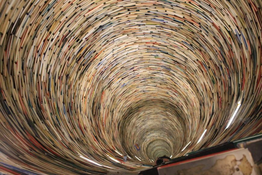 Скульптура из книг в Национальной библиотеке в Праге! Она бесконечная и книги там на всех языках мира. За 5 минут я нашла 3 книги на русском и все они были связаны с физикой или математикой)