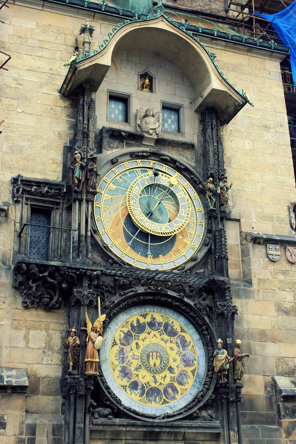 Пражские куранты, или орлой — средневековые башенные часы, установленные на южной стене башни Староместской ратуши. Они являются третьими по возрасту астрономическими часами в мире и старейшими, которые всё ещё работают. Вы даже представить себе не можете СКОЛЬКО людей встают перед этими часами каждый час, чтобы посмотреть представление! Не пройти!