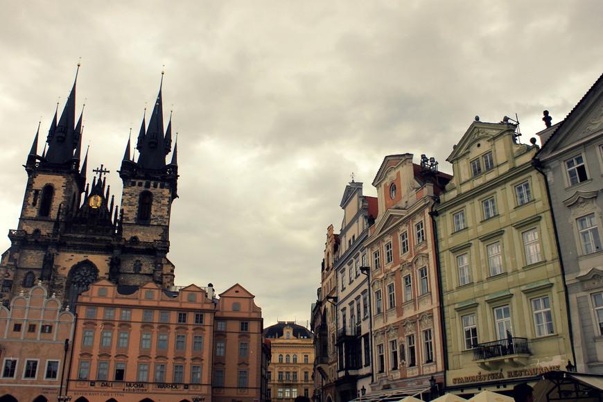 Староместская площадь — старинная площадь Праги, расположенная в историческом центре города (Старе Место). Площадь окружена городскими домами с фасадами различных архитектурных стилей: готического, ренессанса, барокко, рококо.