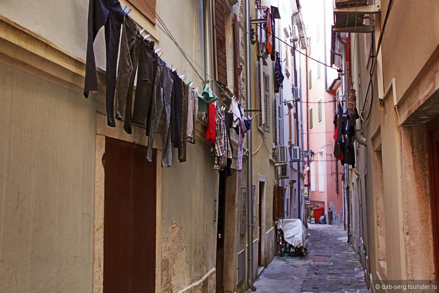 Старая часть города с узкими улочками вполне себе выглядит как обычный еврейский квартал во многих европейских городах. Колоритно, тут ничего не скажу.