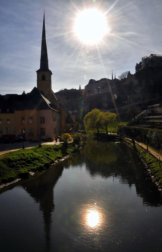 В 1841 году Люксембургу была дарована конституция.  С распадом конфедерации в 1866 году Люксембург стал полностью суверенным государством. Официально это произошло 9 сентября 1867 года.