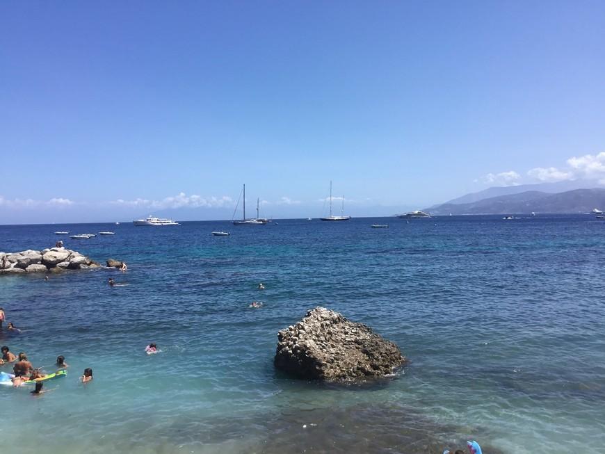 Пляжи на Капри скалистые, захватите специальную обувь.