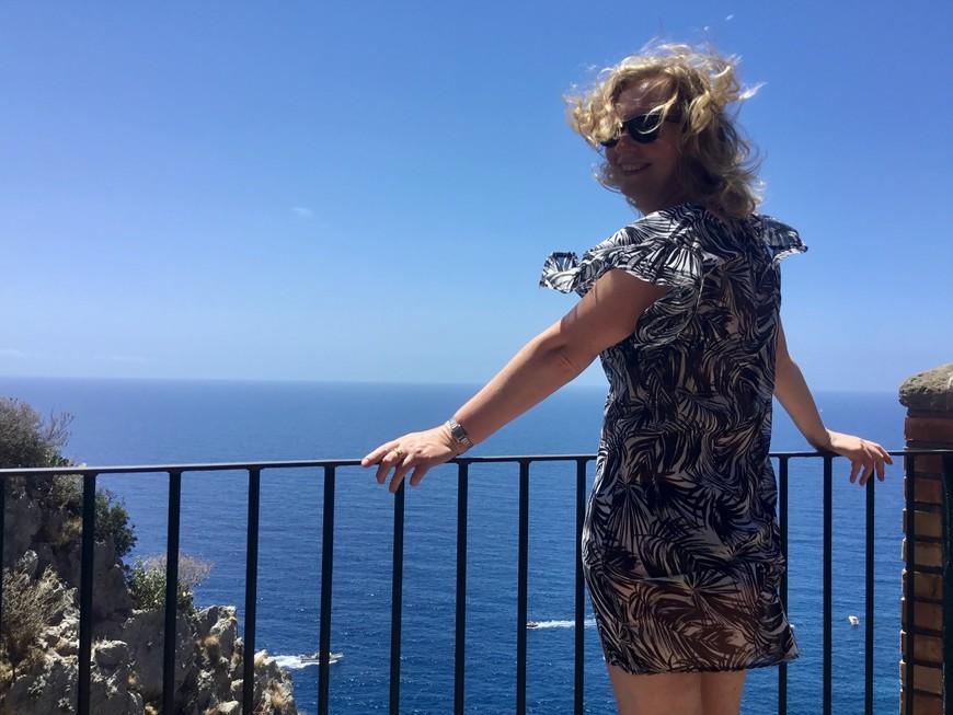 Остров Капри - самый роскошный! По мифам здесь жили сирены, заманивающие своим пением моряков.