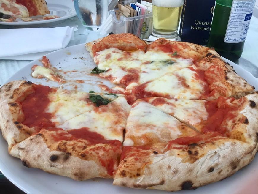 Настоящая неаполитанская пицца - самое важное и вкусное блюдо.