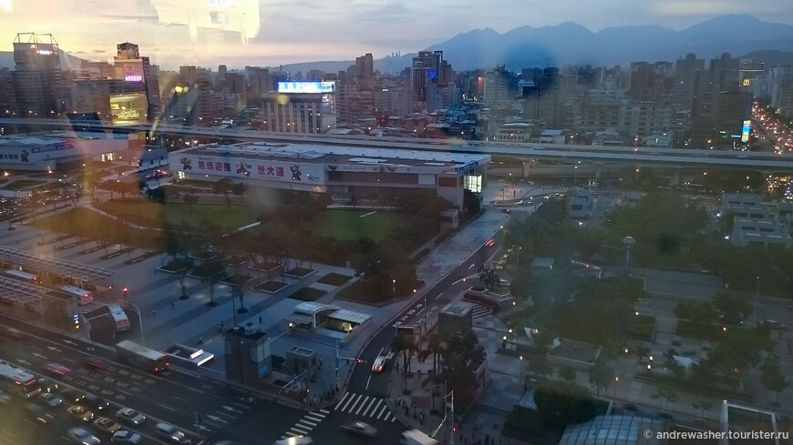 В районе Taipei Main Station. Вечерний Тайбэй.