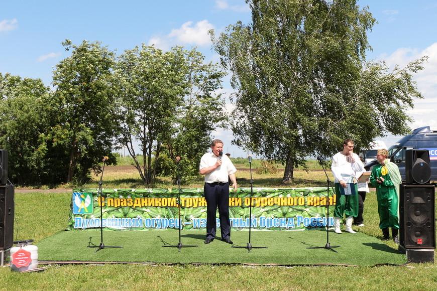 Огуречного короля и всех собравшихся приветствует глава Луховицкого муниципального района Владимир Барсуков.