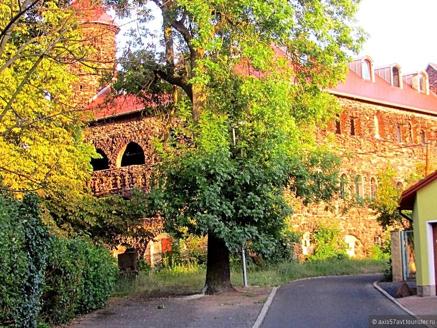 Полуразрушенное здание замка, выставлено на продажу, но покупателей не находится, говорят, ценник завышен.