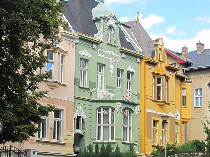 Отдельные дома в городке.
