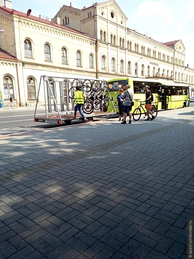 Железнодорожный вокзал. Автобус с прицепом для велосипедов. От вокзала до квартиры 15 минут спокойным шагом,
