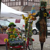 Уличные актеры на празднике в городке Лез Андели