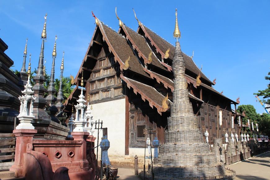 Храм Wat Phan Tao.Храм построен из тикового дерева.