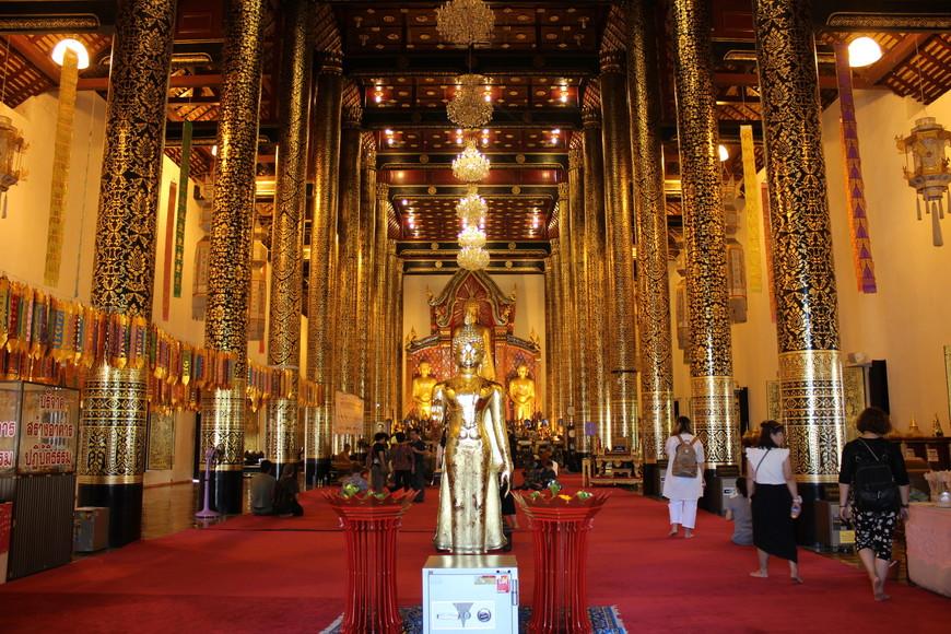 Внутри очень красиво!!! Я думал после белого храма в Чианг-Рае больше с открытым ртом не буду ходить.Но в Чианг-Мае храмы заставили вновь удивляться и стать ватоманом.