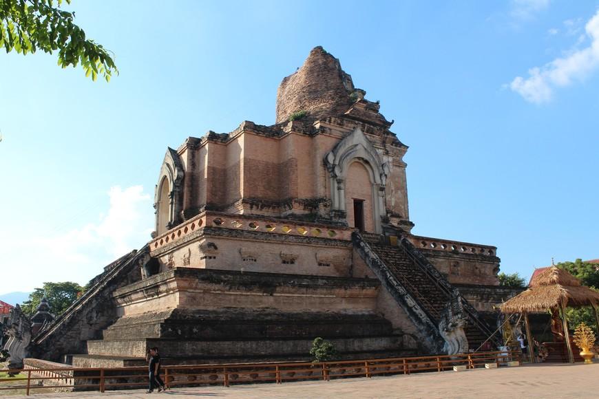Главной достопримечательностью  Wat Chedi Luang  является полуразрушенная Чеди.По одной версии она была разрушена землятресением в 1545 году. По другой версии Чеди была разрушена пушками аюттайского короля Таксина, который отвоевал Чианг Май у бирманцев, во время штурма города в 18 веке.