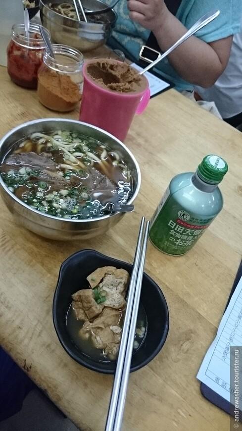 Эта Тайбэйская лапшичная  знаменита: особенно приготовленным тофу и наваристым супом. Японский зеленый чай без сахара - по желанию. Famous Beef noodle shop in Taipei.