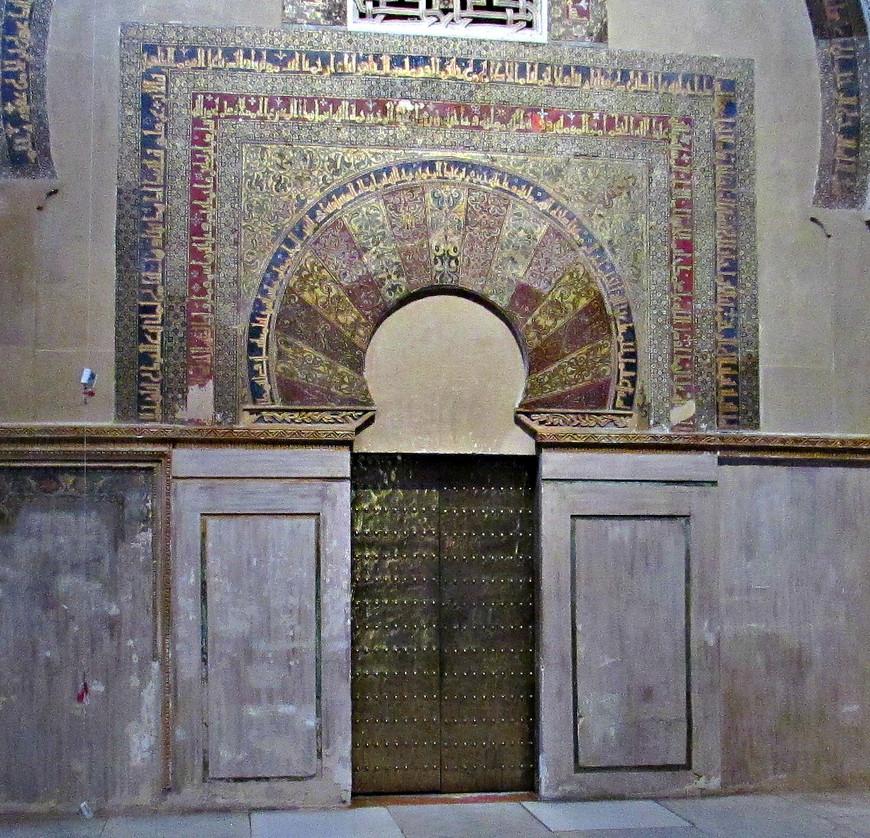 Дверь в молельную комнату (максуру), через которую входил халиф. Слева от нее находится михраб.