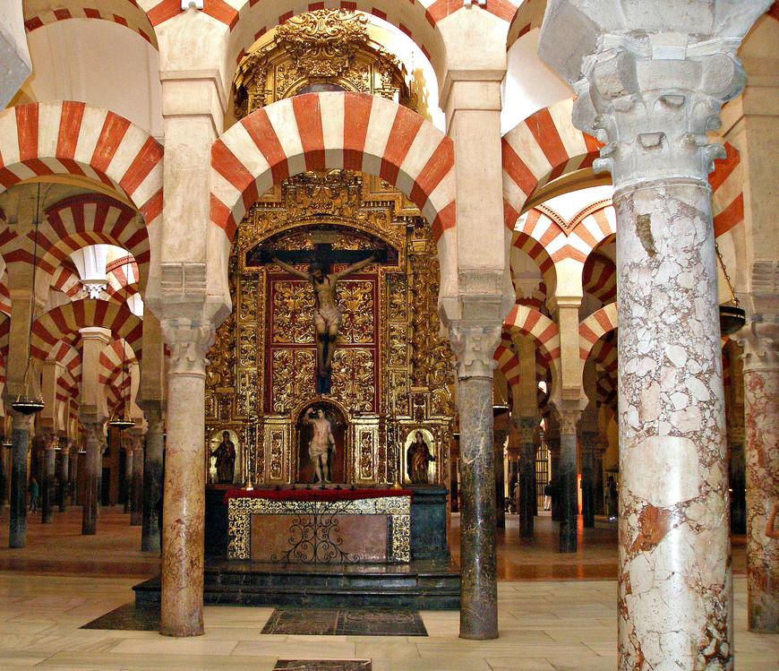 За мусульманскими колоннами проступают христианские алтари и часовни.