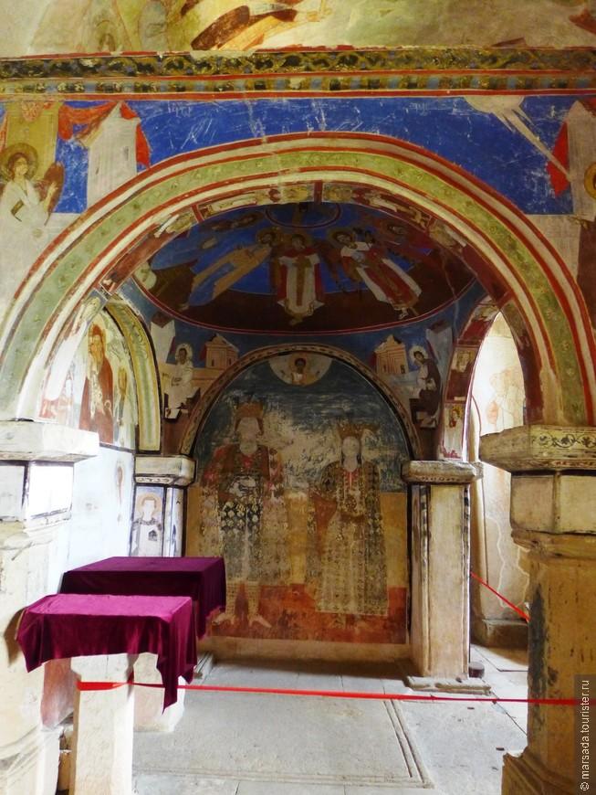 Киворий 17-го века над могилами имеретинского царя Александра и его супруги:
