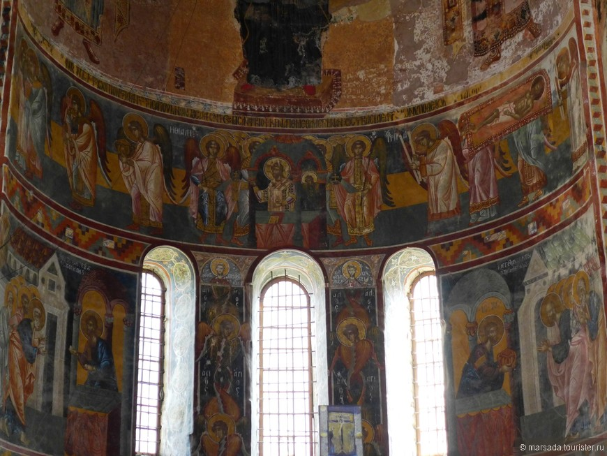 На стенах сохранились фигуры святителей Афанасия и Павла Александрийских, Кирилла Иерусалимского, Григория Акраганского, первомученика Стефана.