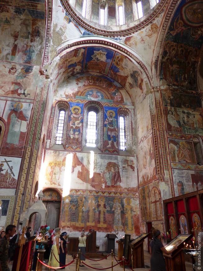 Вторая по культурной важности фреска находится на северной стене, сразу слева от алтаря. Она состоит из двух уровней, на втором мы видим сцену Входа в Иерусалим, а на первом изображены фигуры царей. Крайняя справа фигура - это знаменитейшее изображение Давида Строителя. Его легко распознать по макету храма в руке. Это вроде бы единственное изображение этого царя, и то не прижизненное. Левее Давида видим фигуру епископа с белой бородой - это Евдемон, митрополит Абхазский. Над его головой надпись: «Католикос Абхазии Евдемон». Левее, через небольшой промежуток - царь Баграт III Имеретинский и царица Елена. Еще левее их сын Гиоргий,  за ним его сын Баграт  и жена Русудан Шервашидзе.