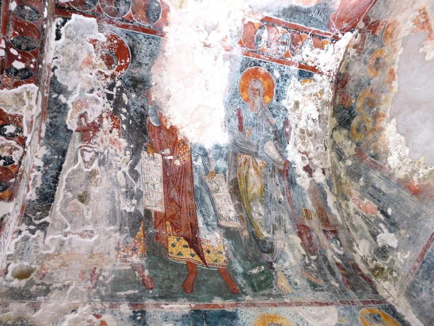 Ризница монастыря представляет собою хранилище весьма древних и весьма ценных предметов. Здесь находится Евангелие, написанное на пергаменте в IX веке, корона царя Давида III, облачения патриархов и прочее.