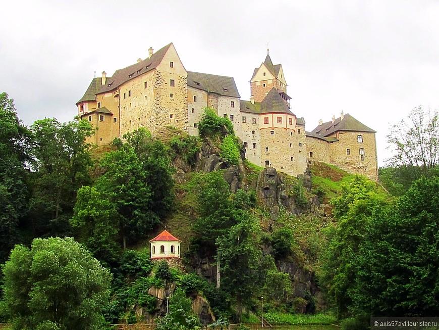 Поезд и автобус привозят туристов в одно место, так что нет разницы на чем вы приедете. Замок видно сразу при выходе из поезда.