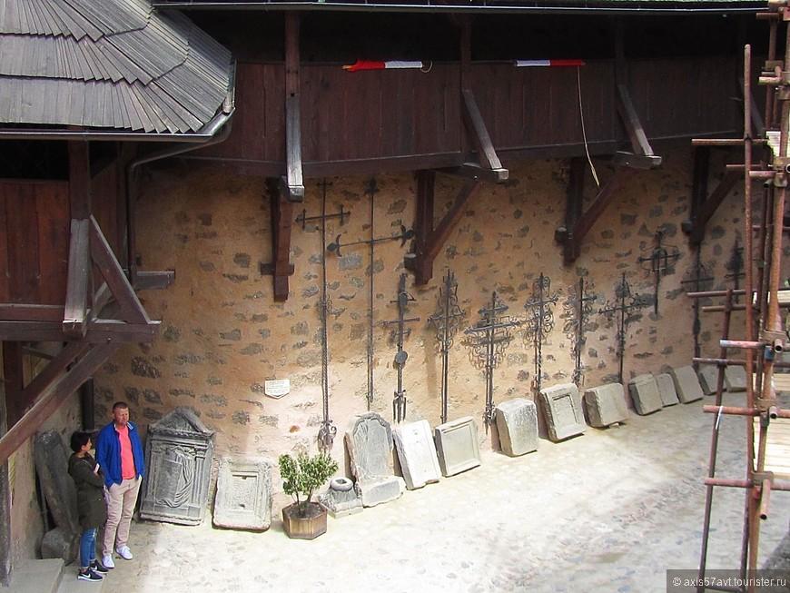 Археологическая экспозиция. Экспонаты найдены в стенах замка или где-то рядом.