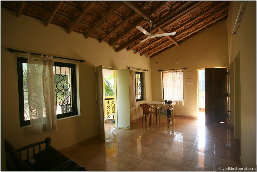 А это уже наш дом в Арамболе. Две спальни, гостиная, веранда, кухня, балкончики - 15 тыс рублей в месяц.