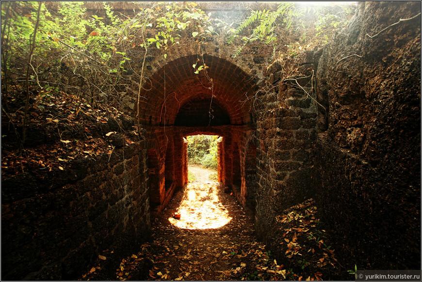 Реди-форт - самый интересный и необычный из окрестных. Находится недалеко от Парадайз-бич, на территории штата Махараштра.