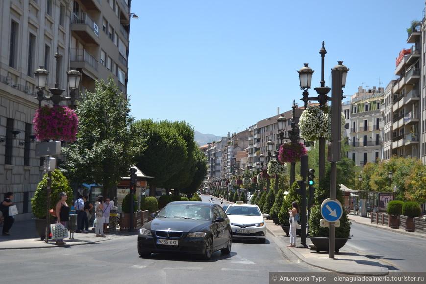Центральная улица - Асера дель Дарро - спуск к реке.