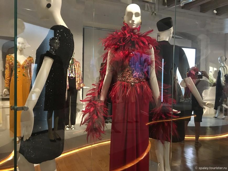 Более пятидесяти платьев, головных уборов и аксессуаров,  не только из дома Givenchy, а также из частных коллекций и престижных музеев.