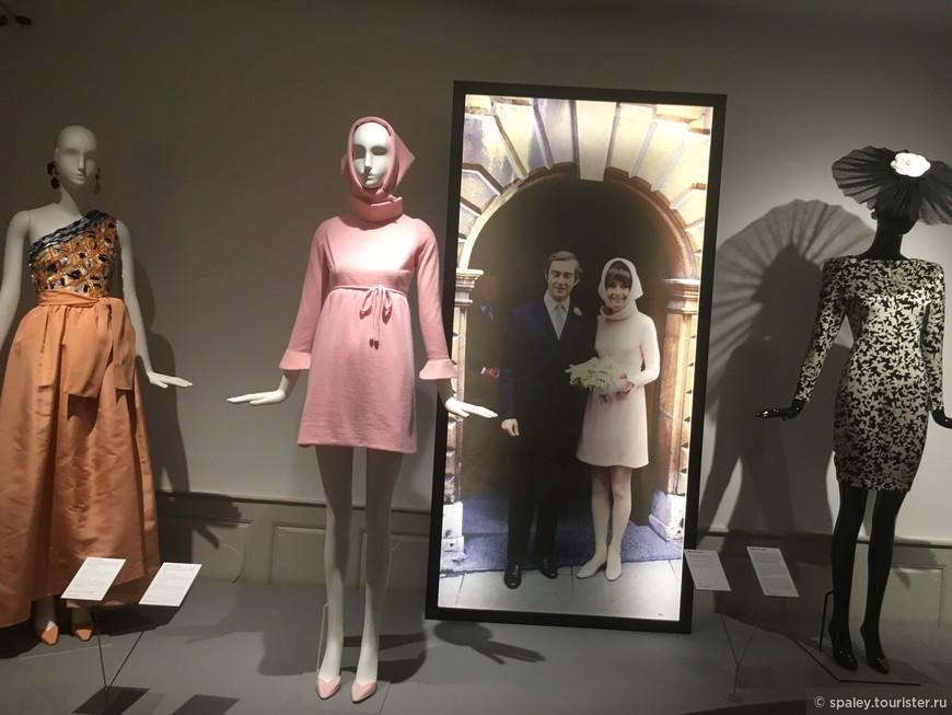 В 1969 году актриса  вышла замуж за Андреа Дотти. Простое и короткое платье с оригинальным воротником выгодно подчеркнуло стройную фигуру Одри. Вместо фаты актриса одела традиционный для 60-х платок, выполненный из той же ткани что и платье.