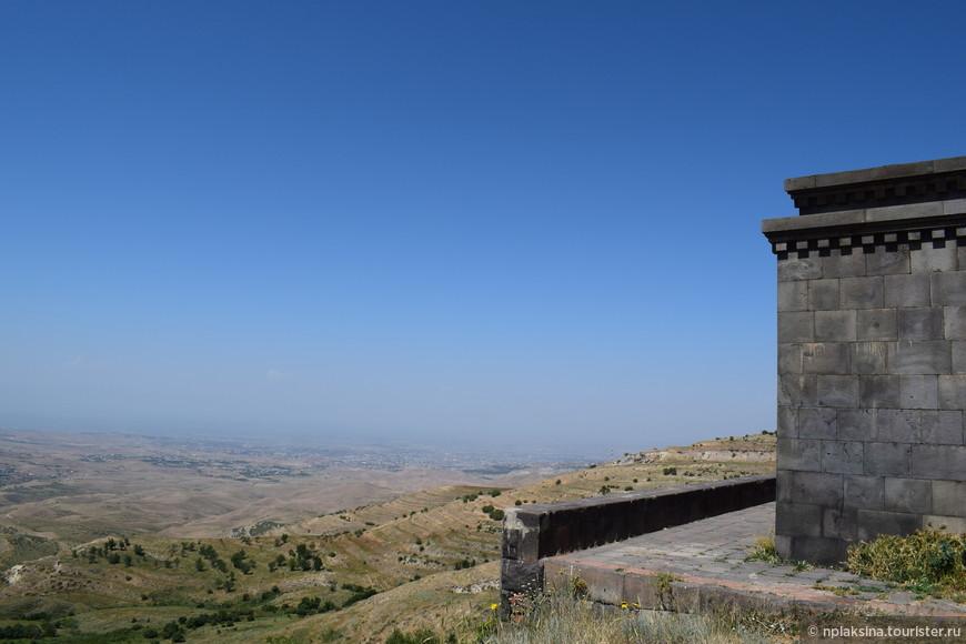 Вдали расположился Ереван.