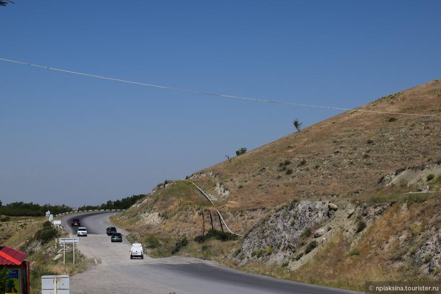 Дороги в Армении извилистые, местами с серпантинами, как и в любой горной местности. Но было не страшно, красота вокруг преобладала.