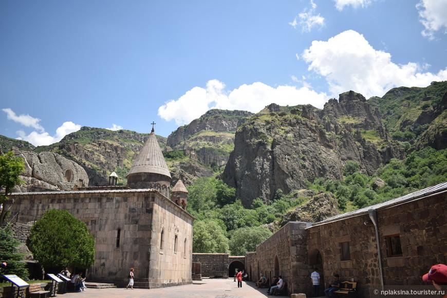Монастырь Гегард. Собственно это то место, которое и породило идею поехать именно в Армению. А также многочисленные пейзажи, увиденные в одном из российских фильмов.