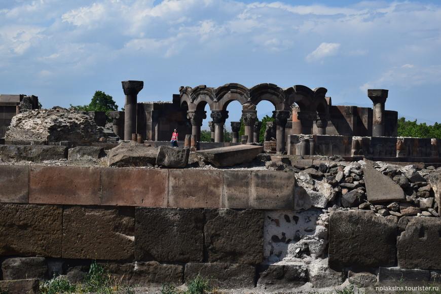 Руины раннесредневекового храма Звартноц.