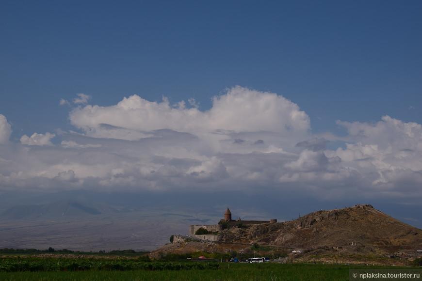 Вот она, на мой взгляд одна из наилучших смотровых площадок горы Арарат. Монастырь Хор Вирап. Но как я уже ранее писала, было слишком большое скопление облаков. Видимо таким образом Арарат постеснялся показать нам свою красоту.