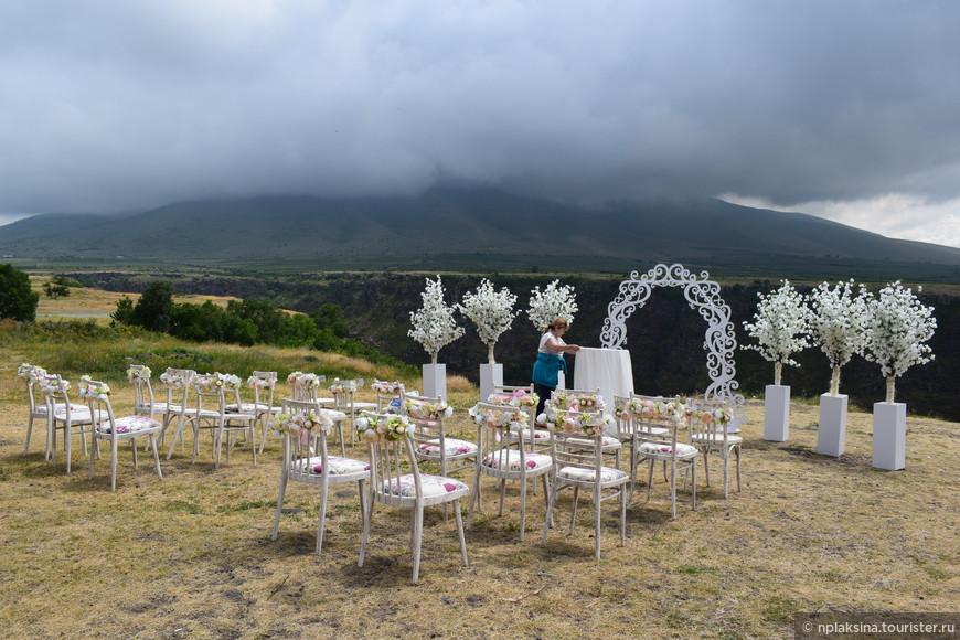Тут же тебе и свадебка у живописного обрыва.