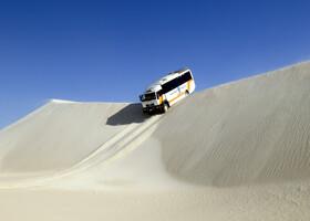 Очень интересны песчаные дюны, которые расположены в пригороде, расположенного на берегу океана, городка Lancelin.   Очень экстремально выглядит и снаружи, и изнутри автобуса спуск с таких дюн.