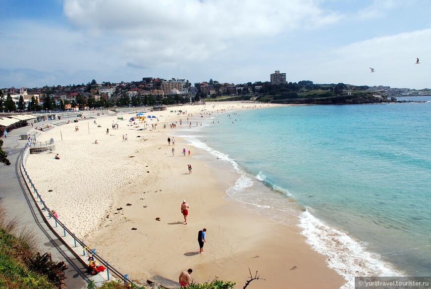 Это пляж Coogee Beach. Он находится в более спокойном районе Сиднея Coogee и выходит прямо на открытый океан. На нем больше и вероятность всякого рода опасностей - акул и ядовитых медуз