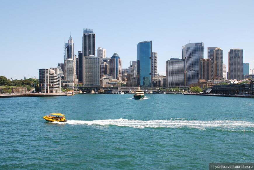 Все городские районы Сиднея располагаются в прибрежной долине, которая ограничена с востока Тихим океаном, Голубыми горами с запада, рекой Хоксбери на севере и Королевским национальным парком на юге. Длина бухты Порт Джексон, по берегам которой расположился Сидней, свыше 20 км.