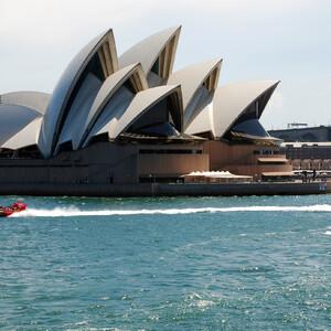 Визитная карточка и Сиднея, и Австралии -  Сиднейский оперный театр. Издали оно похоже на большой фрегат с распущенными парусами.