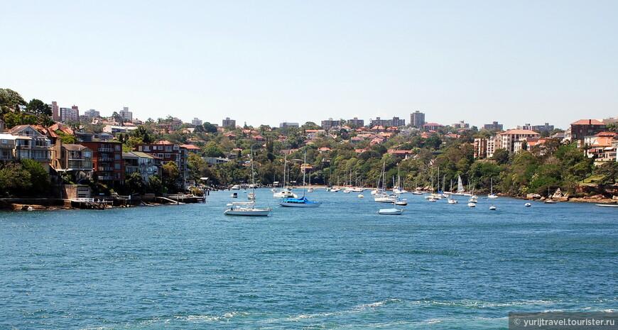 Противоположный от урбанизированного берег весь низкоэтажный и застроен частными домами и коттеджами. Там есть небольшие пляжи и стоянки для катеров и яхт местных жителей.