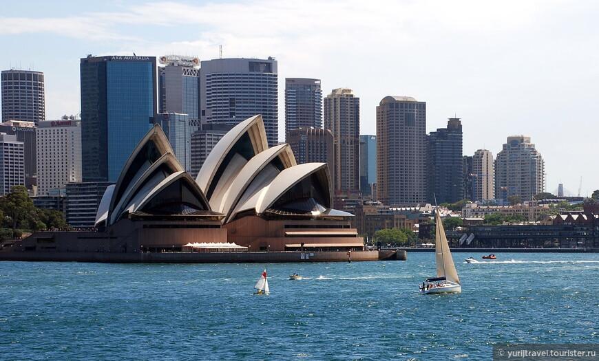 Сиднейский оперный театр. Его автором является знаменитый датский архитектор Йорн Утзон. За этот проект он получил множество премий и наград и даже стал в 2003 году лауреатом Притцкеровской премии в 2003 года, которая у архитекторов является аналогом Нобелевской для ученых и инженеров.