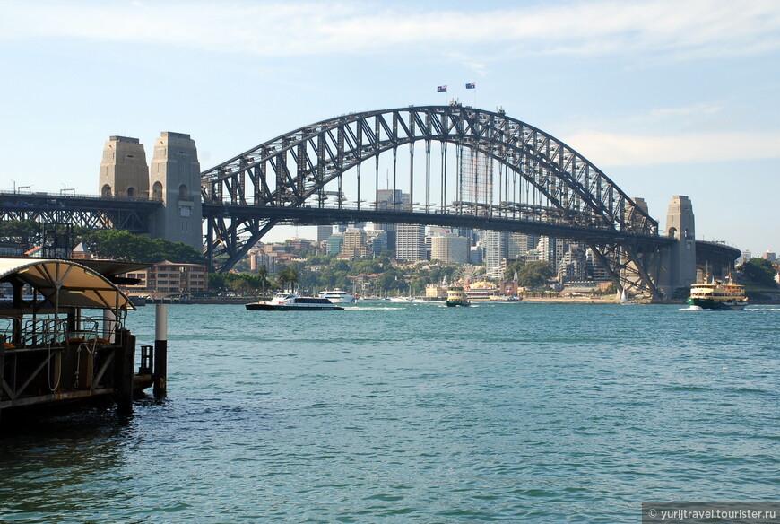 """Мост Харбор Бридж - уникален! Он является самый длинным из однопролетных мостов в мире и был построен в 1932 году. Его длина 503 метра. На мост организуют экскурсии (140 АД), в ходе которой вы поднимаетесь по ступеням на самую верхнюю его точку.  И, что интересно - без своего фотоаппарата! За каждое фото, которые вам сделает гид типа """"Я и окрестности Сиднея"""" вы заплатите по 20 АД за штуку!"""