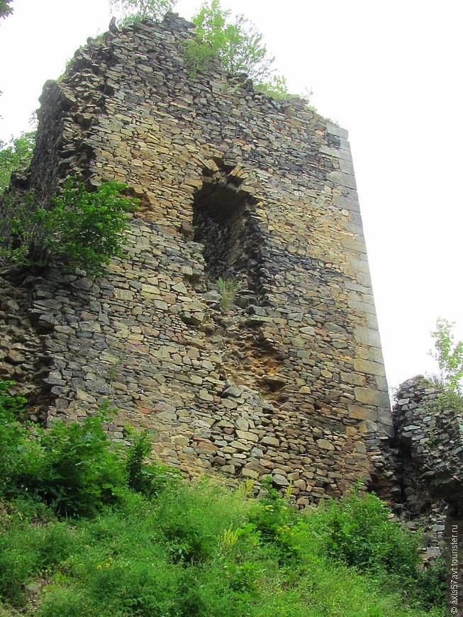 Самое раннее упоминание относится к середине XIII века. Он находится в стратегическом месте на краю Рудных гор на важном маршруте. В 1530 году король Фердинанд продал замок лордам Сулевице. В настоящее время замок заброшен и медленно вырождается.