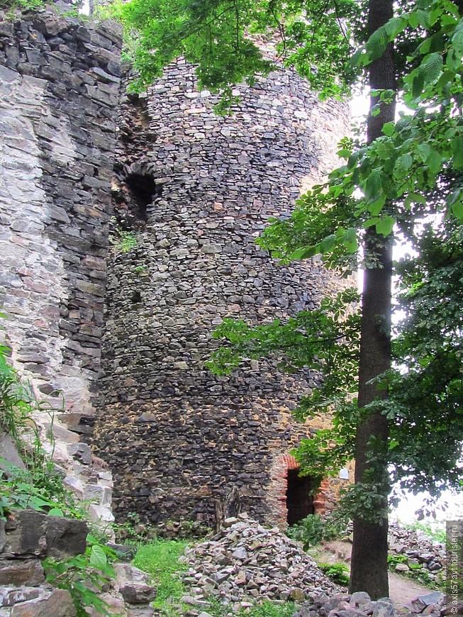 Вход в башню закрыт решетчатой дверью.