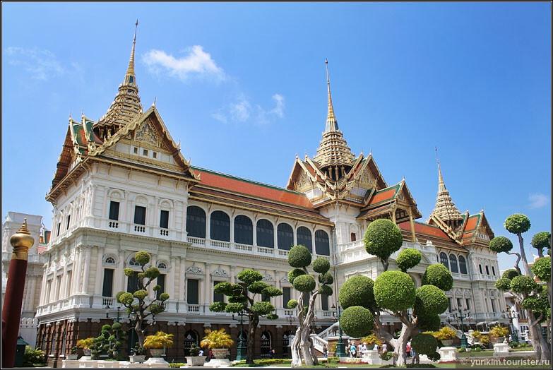 Королевский дворец - самая популярная достопримечательность Бангкока, туда ходят в обязательном порядке все приезжающие.