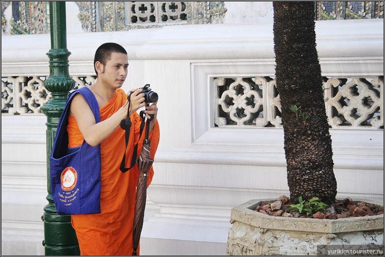 В монахи в Таиланде уходят почти все мужчины. Переосмыслить себя, подумать о вечном, обрести силы. Не все уходят надолго - можно стать монахом на три месяца, на полгода, но хоть раз в жизни это сделать нужно.