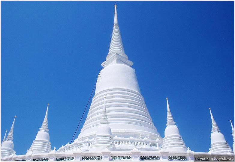 Храмы разноцветные - красные, белые, синие, золотые. На фоне чистого тайского неба смотрится замечательно.